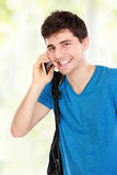 Muchacho joven casual que habla en el teléfono Imagen de archivo libre de regalías