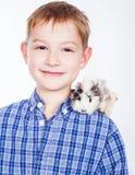 Muchacho joven con el conejillo de Indias Fotografía de archivo