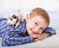 Muchacho joven con el conejillo de Indias Fotos de archivo libres de regalías
