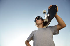 Muchacho joven con el monopatín a disposición Fotos de archivo