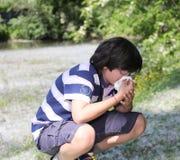 Muchacho joven con el pañuelo del blanco de la alergia del polen Foto de archivo libre de regalías