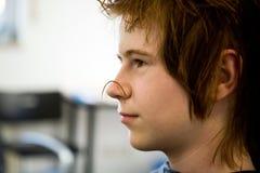 Muchacho joven con el pelo rojo en el peluquero Foto de archivo