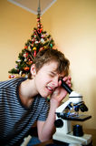 Muchacho joven con el regalo de Navidad Fotos de archivo libres de regalías