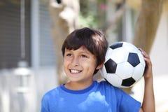 Muchacho joven con la bola o el fútbol de fútbol Foto de archivo