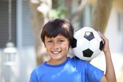 Muchacho joven con la bola o el fútbol de fútbol Fotografía de archivo