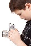 Muchacho joven con la cámara análoga de SLR del viejo vintage Foto de archivo