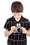 Muchacho joven con la cámara análoga de SLR del viejo vintage Fotos de archivo