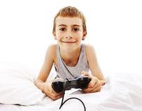 Muchacho joven con la palanca de mando que juega el juego de ordenador Fotografía de archivo