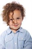 Muchacho joven con la sonrisa del pelo rizado Fotos de archivo