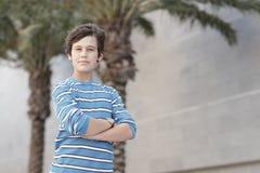 Muchacho joven con los brazos plegables Foto de archivo libre de regalías