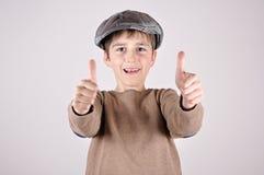 Muchacho joven con los pulgares para arriba Foto de archivo libre de regalías