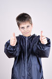 Muchacho joven con los pulgares para arriba Imagen de archivo