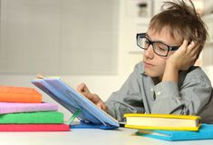 Muchacho joven con los vidrios Fotos de archivo libres de regalías