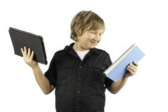 Muchacho joven con PC del libro y de la tablilla Imagenes de archivo