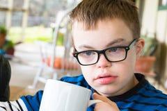 Muchacho joven con síndrome de los plumones Foto de archivo