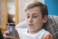 Muchacho joven con smartphone Imagen de archivo libre de regalías