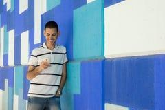 Muchacho joven con smartphone imagenes de archivo