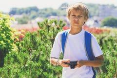 Muchacho joven con una cámara digital que toma las imágenes al aire libre Fotos de archivo libres de regalías