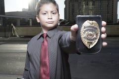 Muchacho joven con una divisa imagenes de archivo