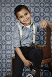 Muchacho joven confiado en apoyos Fotos de archivo libres de regalías