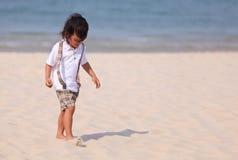 Muchacho joven de Asain en la playa Imagenes de archivo