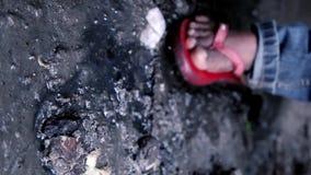Muchacho joven de la calle de Yong Boy Walking Sewerage Slam que muestra la pierna en el primer de la cámara almacen de metraje de vídeo