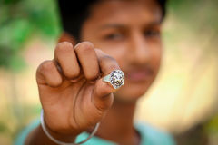Muchacho joven de la cara sonriente que muestra los ornamentos Imagenes de archivo