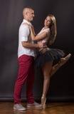 Muchacho joven de la muchacha de la mujer del hombre de la bailarina de los pares 20 años foto de archivo