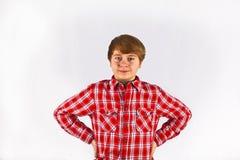 Muchacho joven de mirada amistoso con rojo Imágenes de archivo libres de regalías