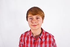 Muchacho joven de mirada amistoso con rojo Imagen de archivo libre de regalías