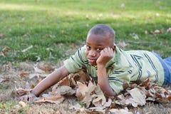 Muchacho joven del afroamericano en el parque Fotos de archivo