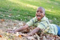 Muchacho joven del afroamericano en el parque Foto de archivo libre de regalías