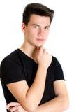 Muchacho joven del hombre de moda del adolescente que presenta en la camiseta negra aislada encendido Foto de archivo