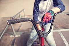 Muchacho joven del jinete de BMX que se sienta en una bicicleta Fotos de archivo