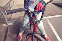 Muchacho joven del jinete de BMX que se sienta en una bicicleta Imágenes de archivo libres de regalías