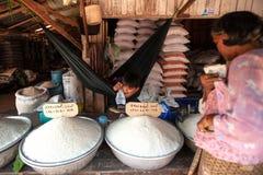 Muchacho joven del Khmer que vende el arroz en el mercado local Koh Kong Provi Imagen de archivo
