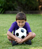 Muchacho joven del Latino con el balón de fútbol imagen de archivo libre de regalías