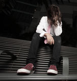 Muchacho joven deprimido que se sienta en un banco del omnibus Fotos de archivo