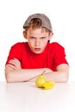 Muchacho joven desafiante ceñudo en la cámara Imagen de archivo