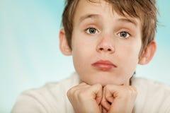 Muchacho joven dudoso con una expresión escéptica Fotos de archivo libres de regalías
