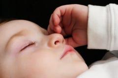 Muchacho joven durmiente imagenes de archivo