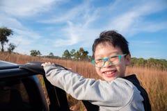 Muchacho joven en el camión y sonrisas Foto de archivo libre de regalías