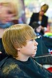 Muchacho joven en el peluquero Imágenes de archivo libres de regalías