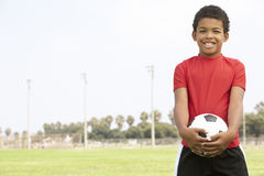 Muchacho joven en equipo de fútbol Fotos de archivo