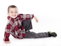 Muchacho joven en la camisa de tela escocesa que pone en su cara Imagenes de archivo