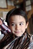 Muchacho joven en la peluquería de caballeros Imágenes de archivo libres de regalías