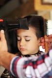 Muchacho joven en la peluquería de caballeros Foto de archivo libre de regalías