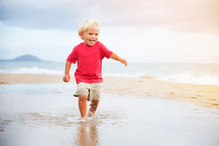 Muchacho joven en la playa Fotos de archivo libres de regalías
