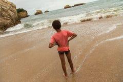 Muchacho joven en la playa, Biarritz, Francia Imagen de archivo