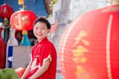 Muchacho joven en la sonrisa tradicional china del traje Fotografía de archivo